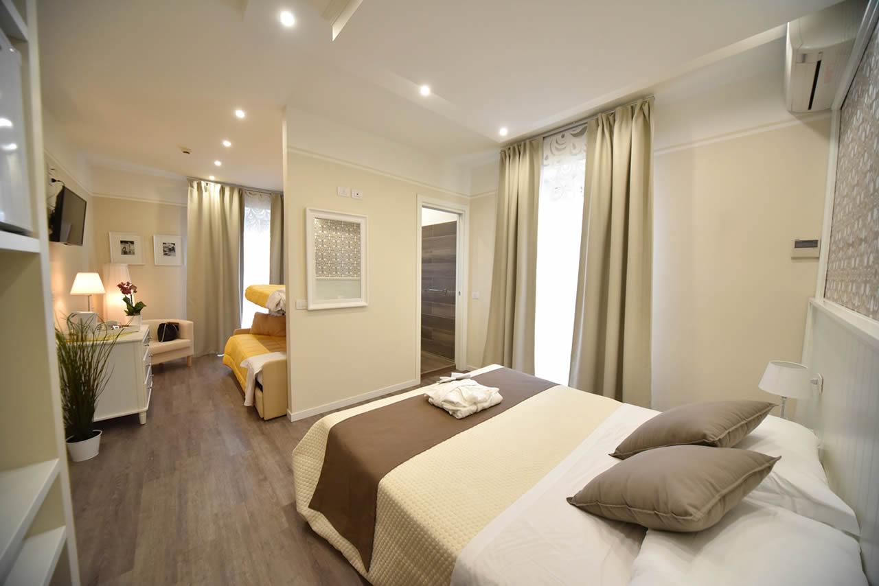 Die Einrichtung In Modernem Stil Ist In Neutralen Farben Gehalten. Auch Die  Badezimmer Sind Modern, Mit Indirekter Beleuchtung Und Geräumiger  Duschkabine.